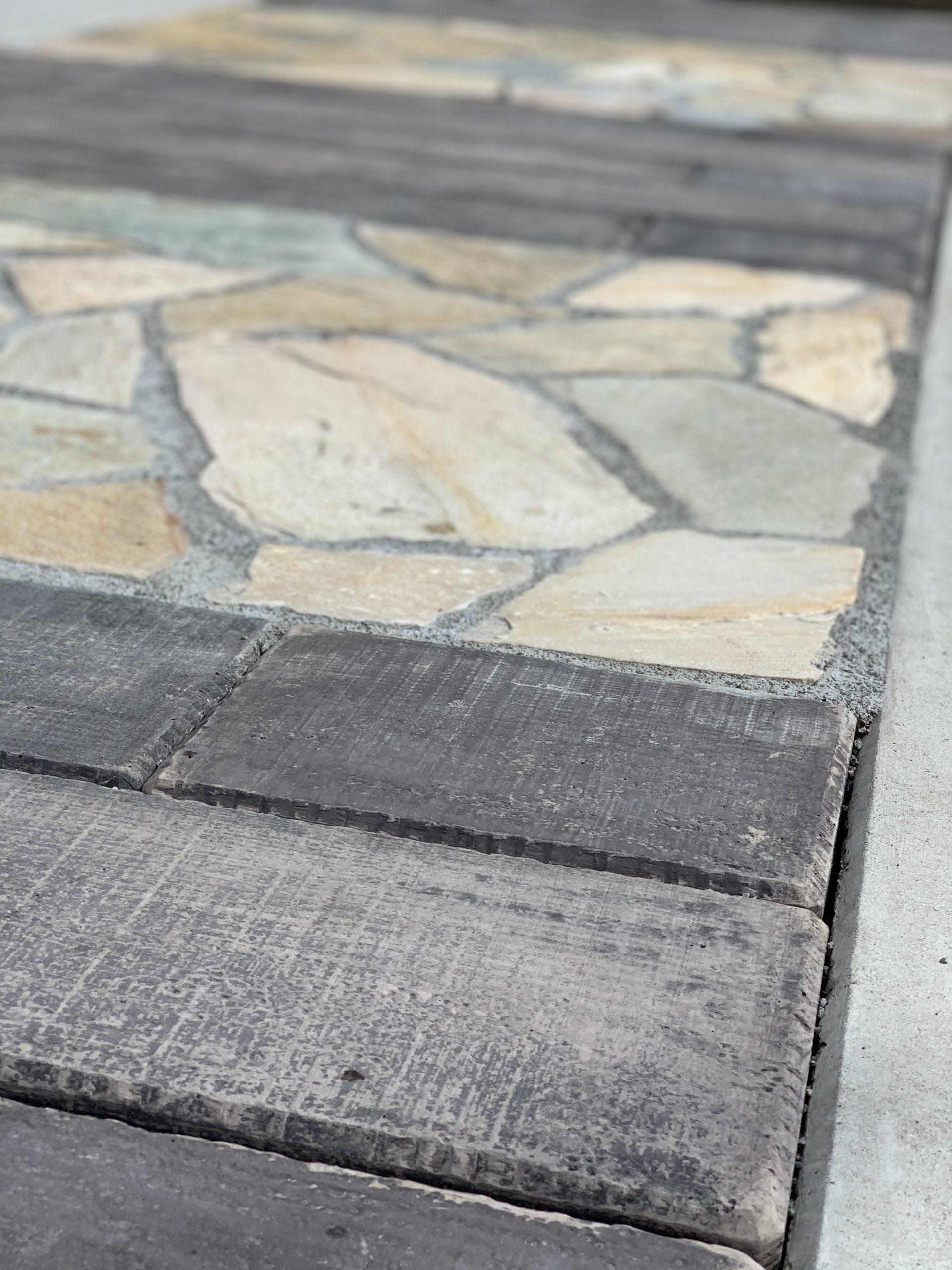 枕木と石貼りのアプローチ