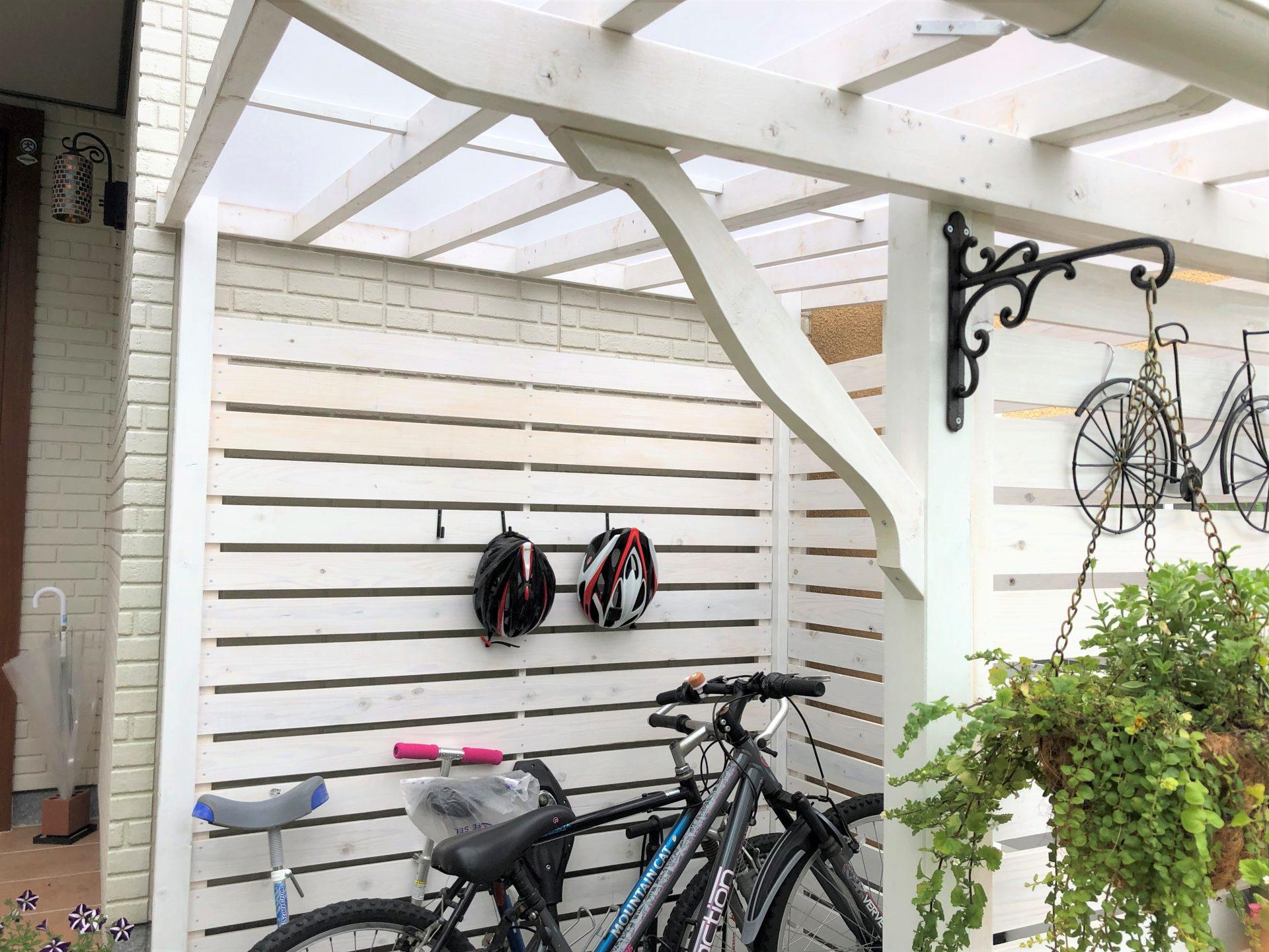 木製のかわいい白いサイクルポート