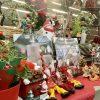 ヒイラギや人形などのクリスマス雑貨