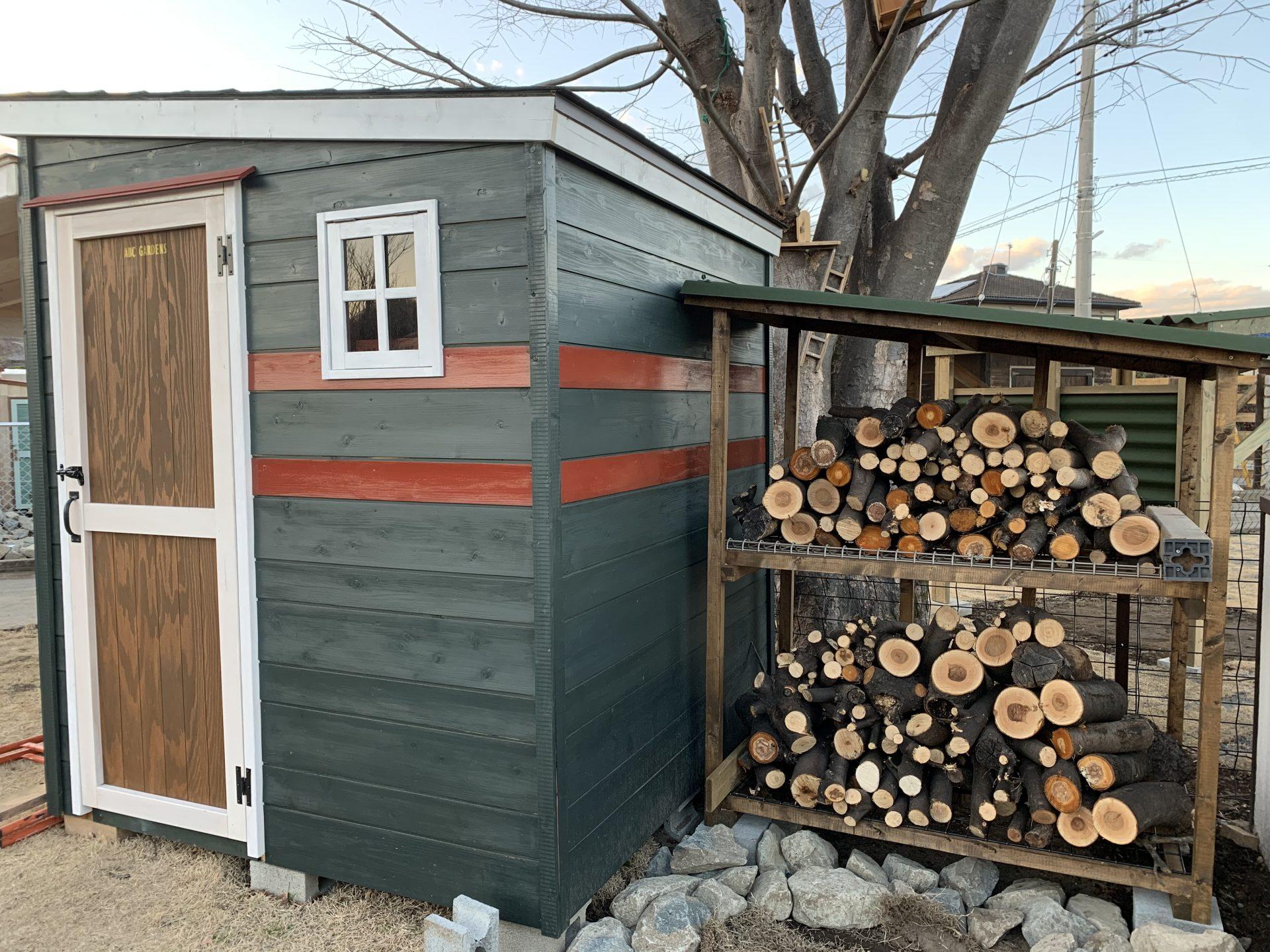 木製物置横の薪置き場