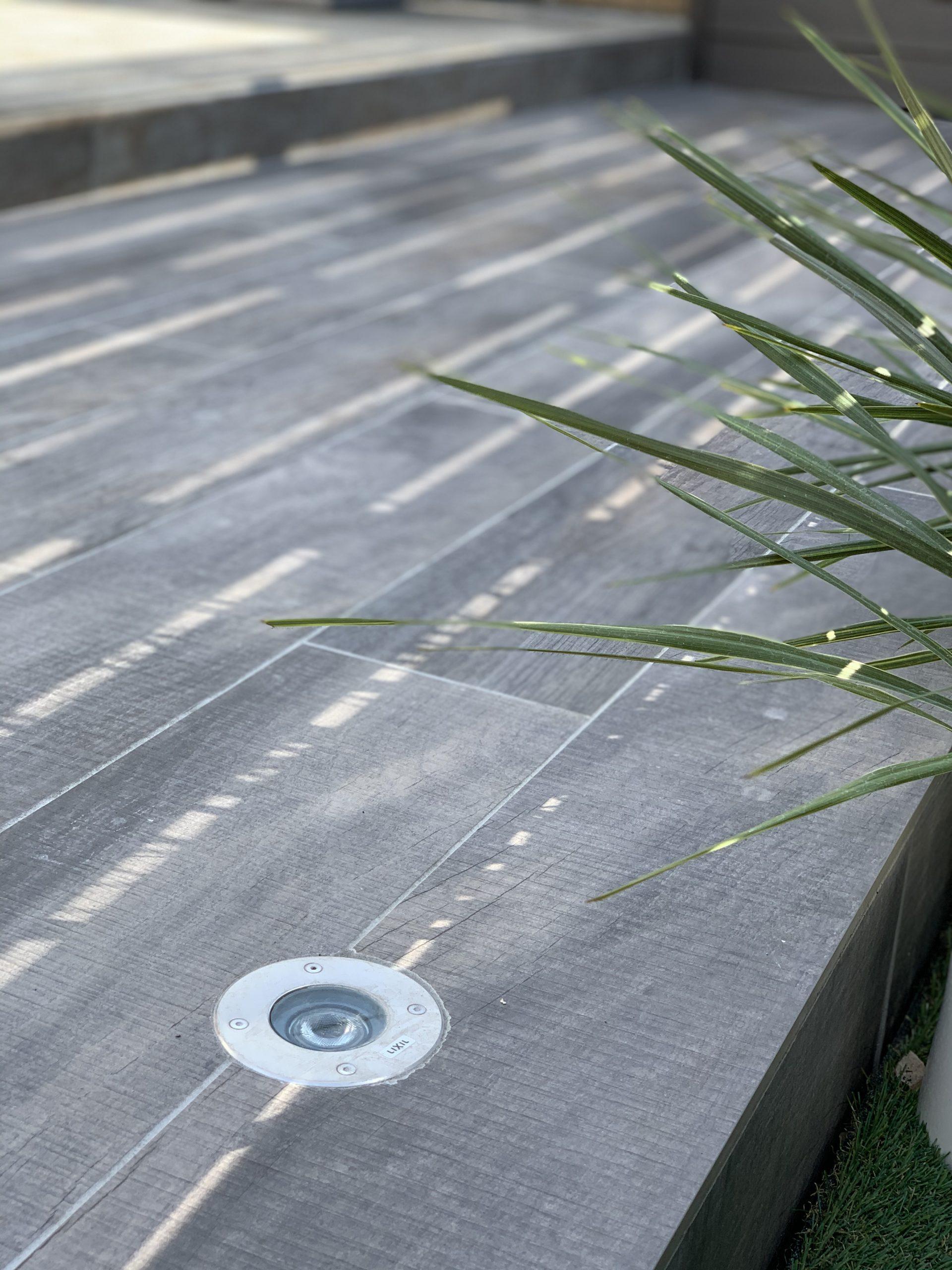 木彫タイルとダウンライト