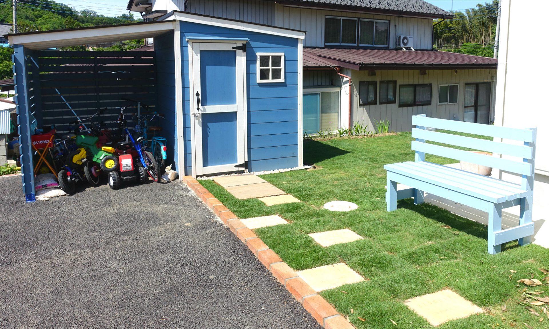 芝の庭が映えるオリジナル木製物置