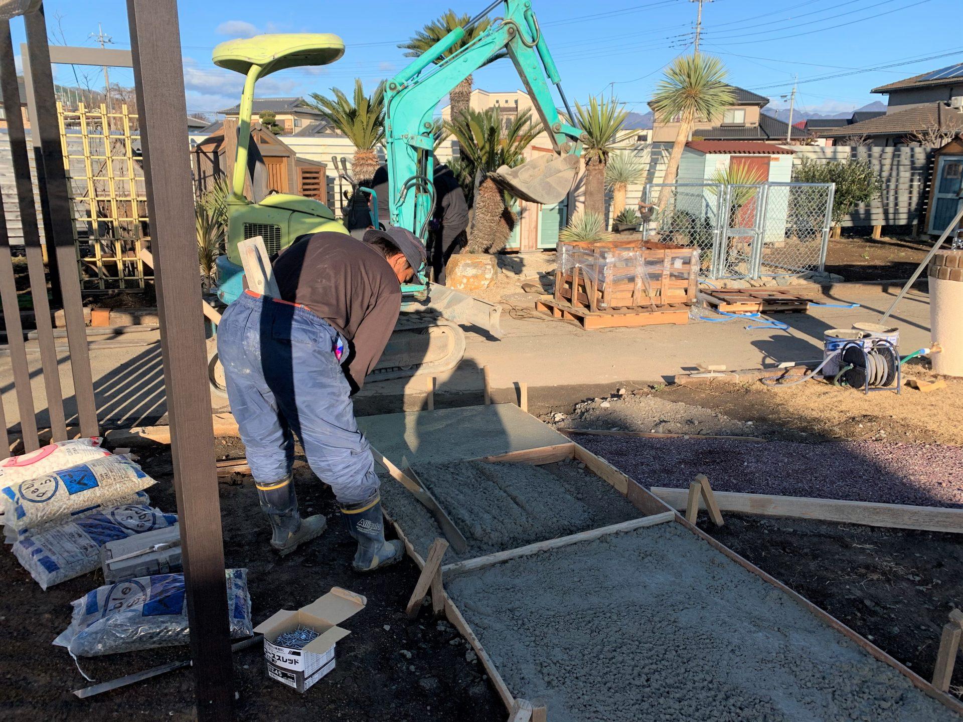 土間コンクリートをならす作業をしているところ