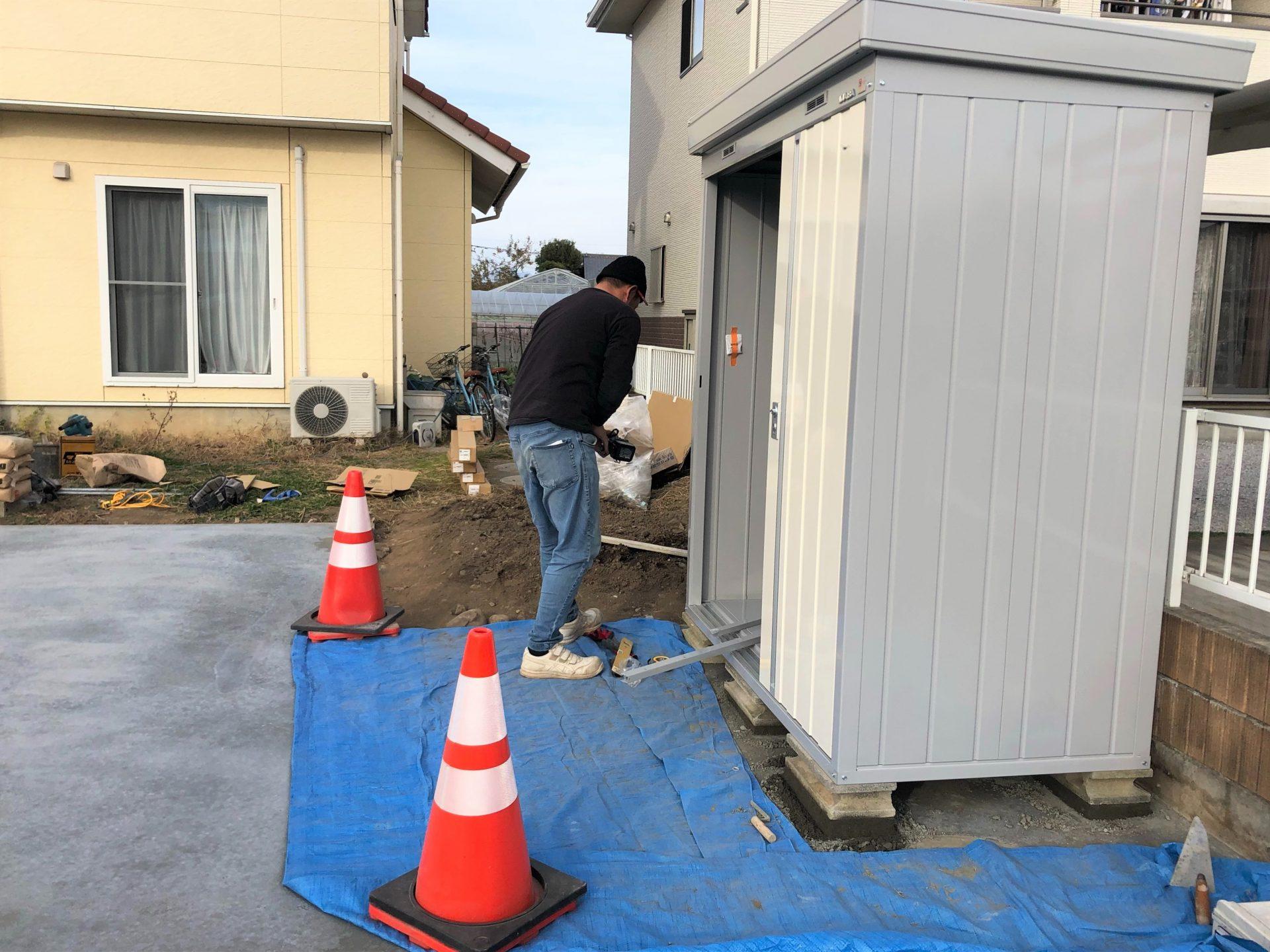 富岡市にて物置の設置作業の写真