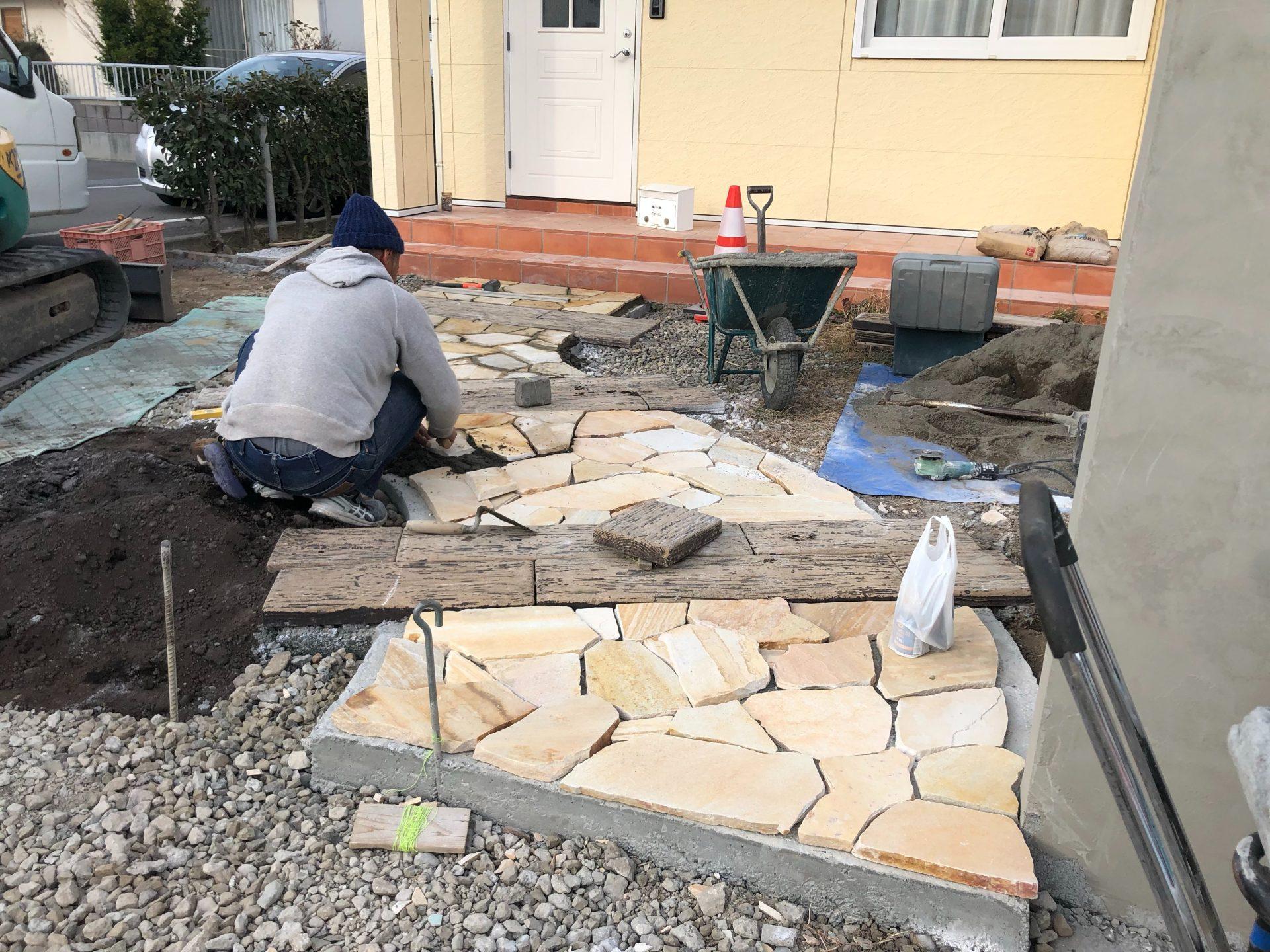 富岡市のアプローチの石貼り作業中の写真