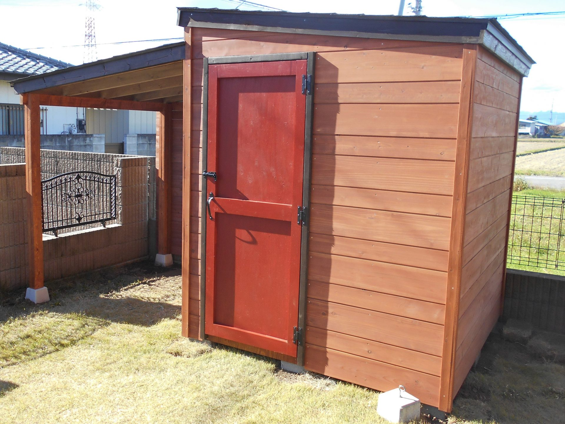 赤い扉がかわいい木製物置右から
