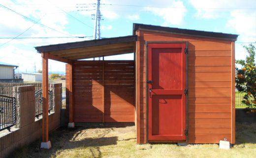 赤い扉がかわいい木製物置