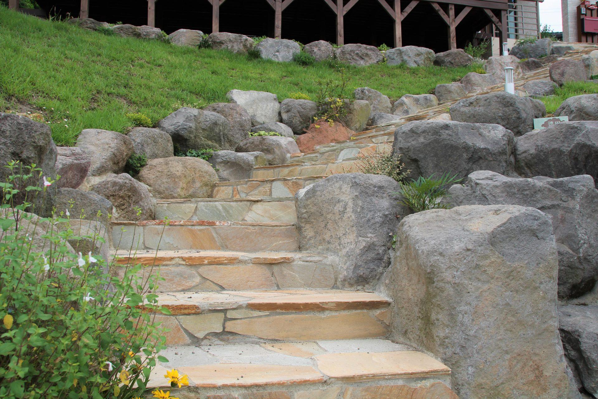 大きな石の土留めの間の石貼りでできた階段