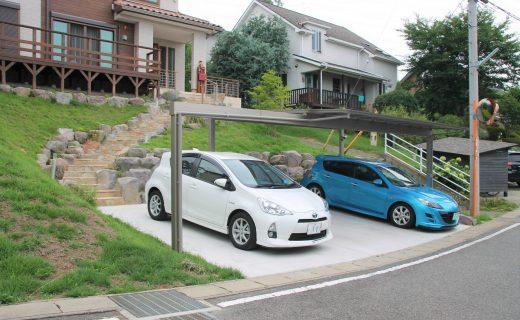 3台用駐車場にある大きなカーポート