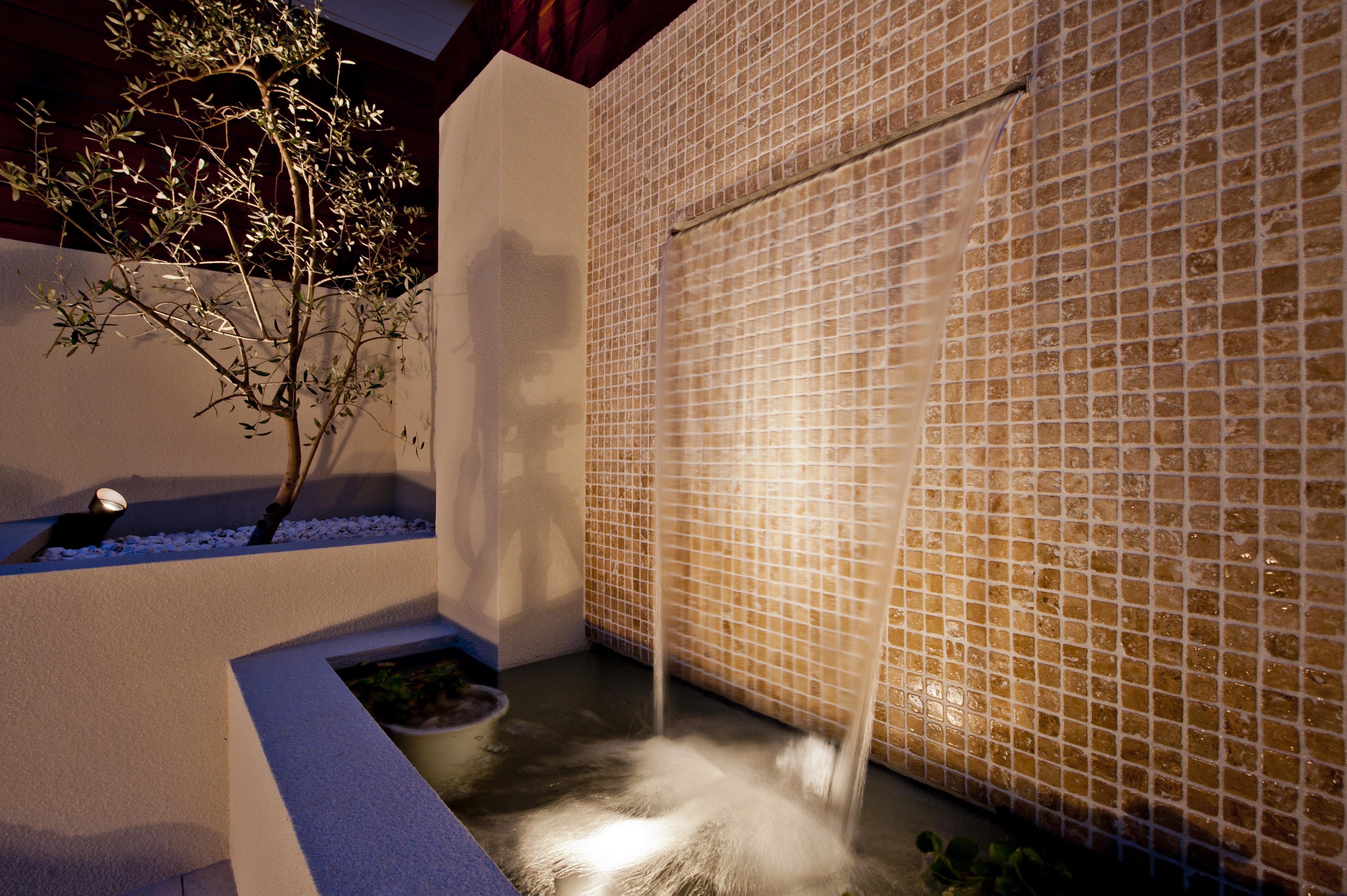壁泉 ライトアップ エクステリア 高崎市 群馬 外構 リゾート 南国植物 ソテツ オリーブ デッキ