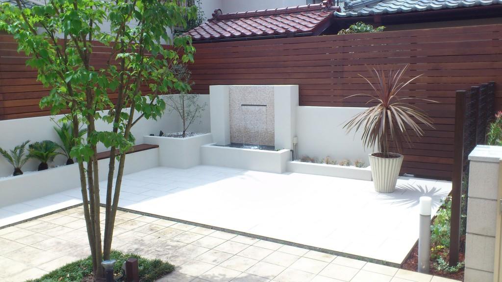 シンボルツリーと壁泉空間