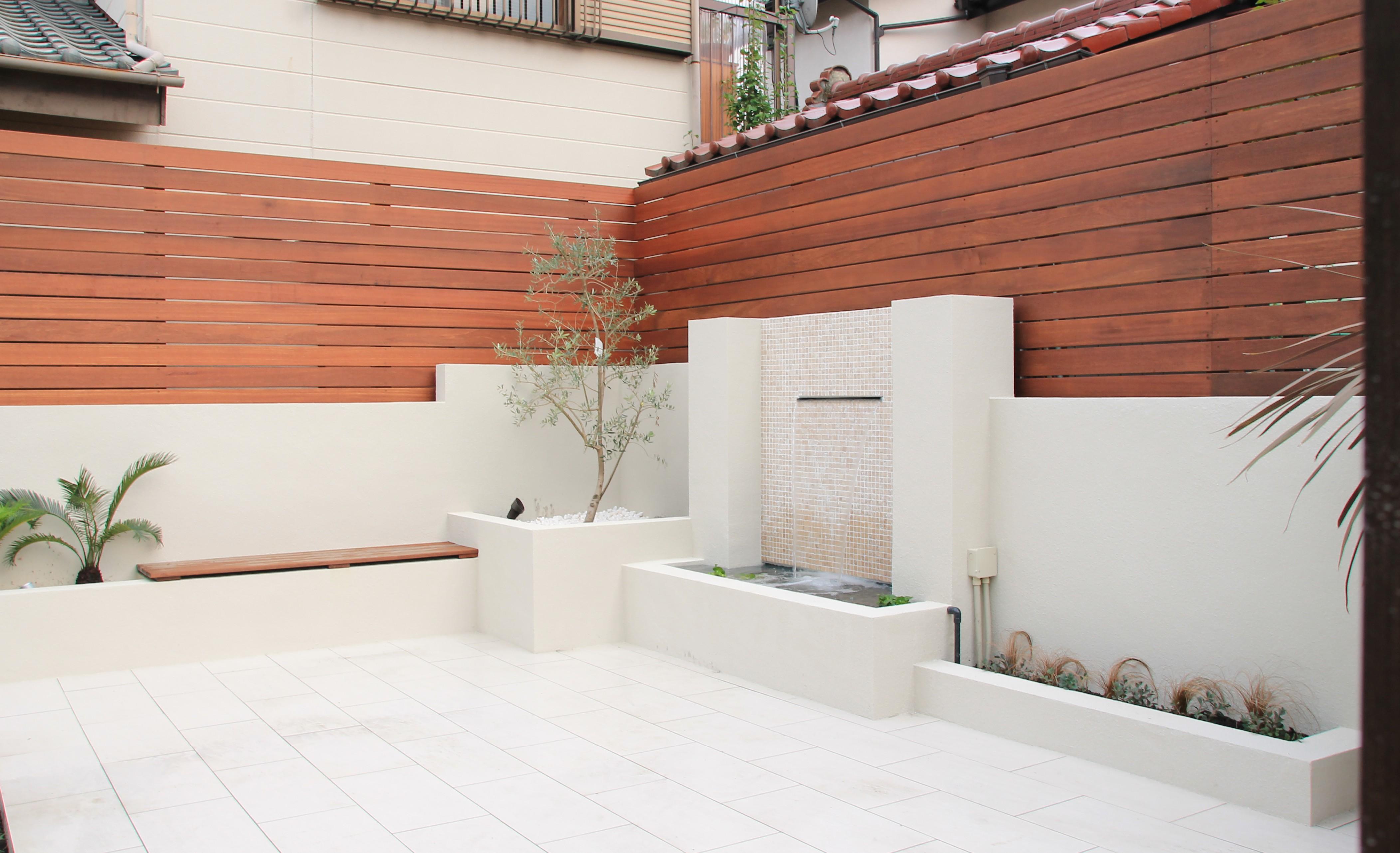白い壁 バーベキュー エクステリア 高崎市 群馬 外構 リゾート 南国植物 ソテツ オリーブ デッキ