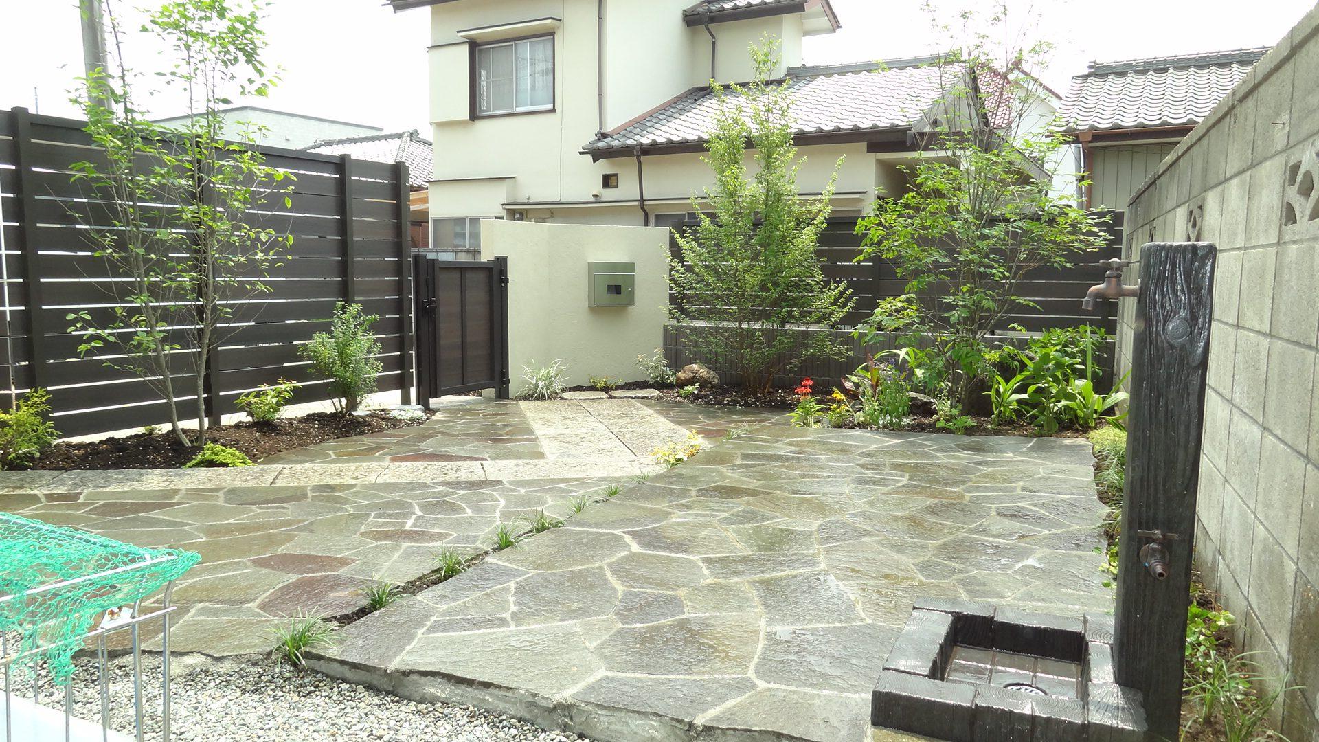 御影石と鉄平石の石貼りの庭