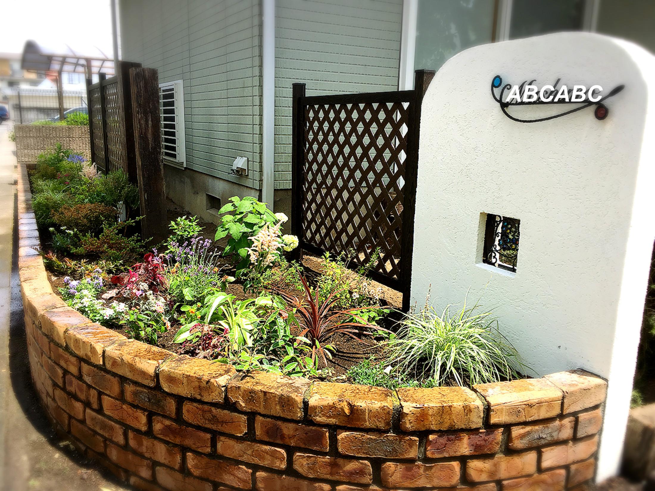 ガーデニング 庭 イングリッシュガーデン レンガ 表札 ポスト 門柱 花壇 花 植物 バラ