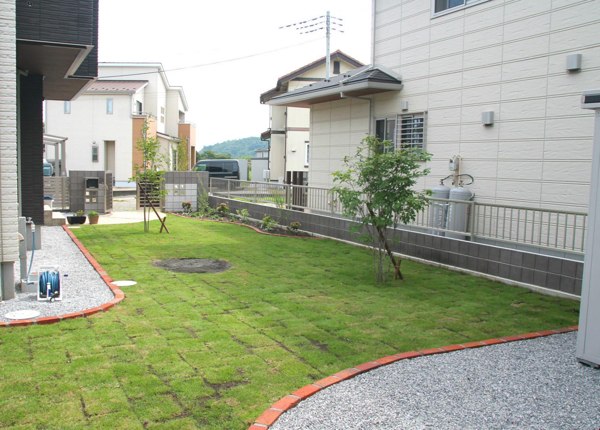 芝の中に砂場がある庭