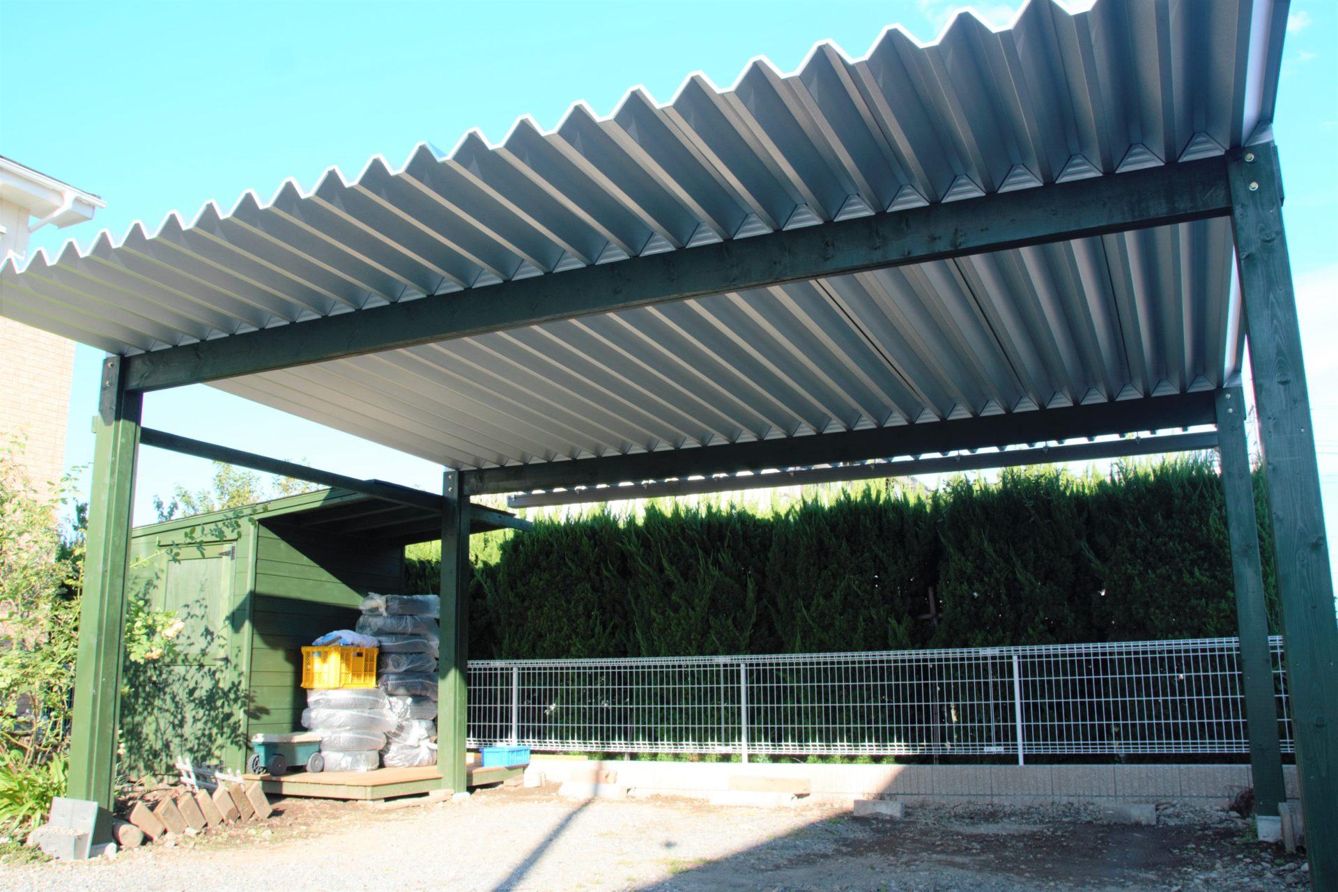 緑色の柱がかっこいい折半屋根カーポート