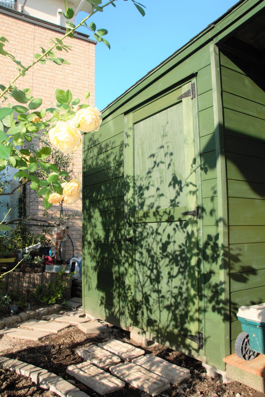 白いバラと緑色のオリジナル木製物置