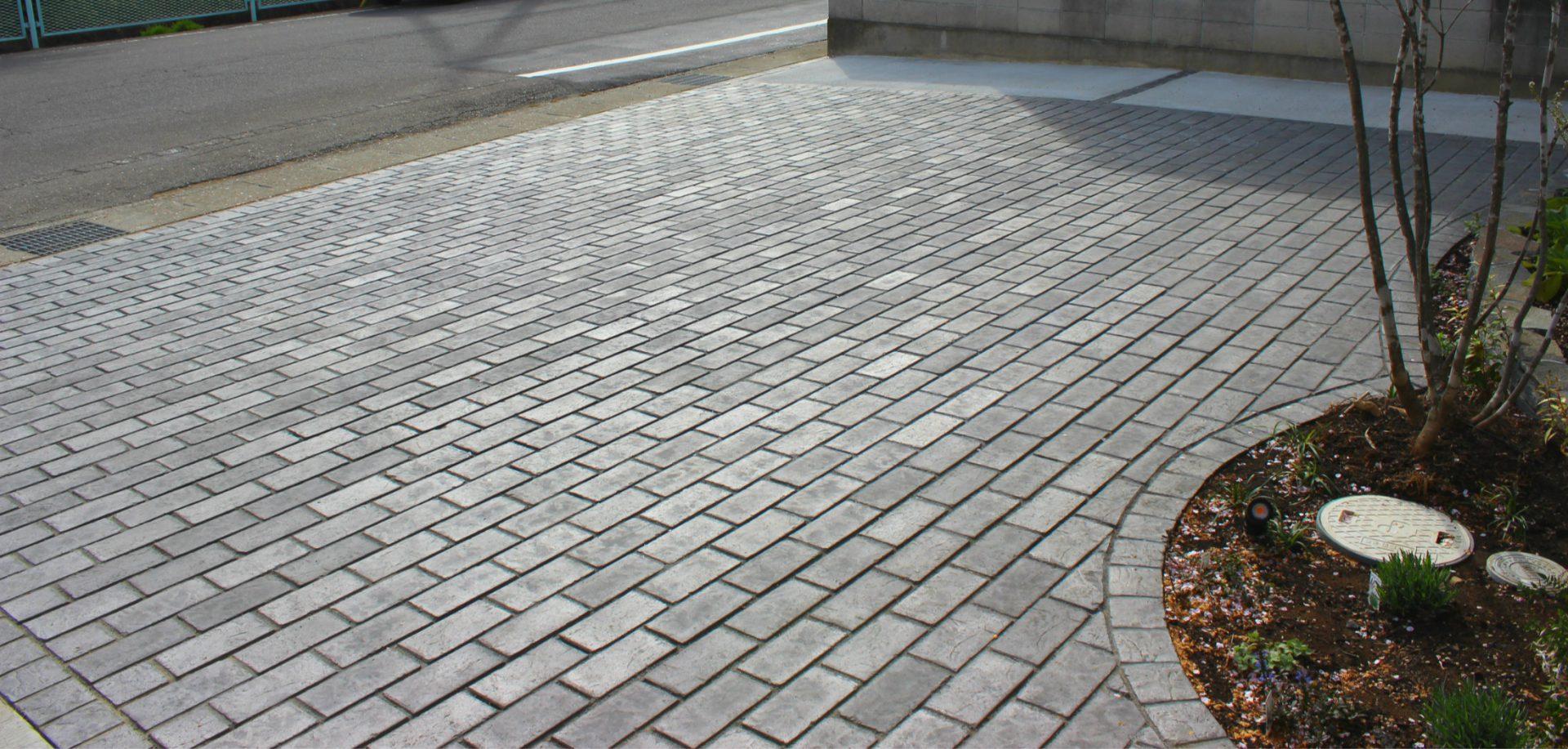 シックな色のレンガの駐輪スペース