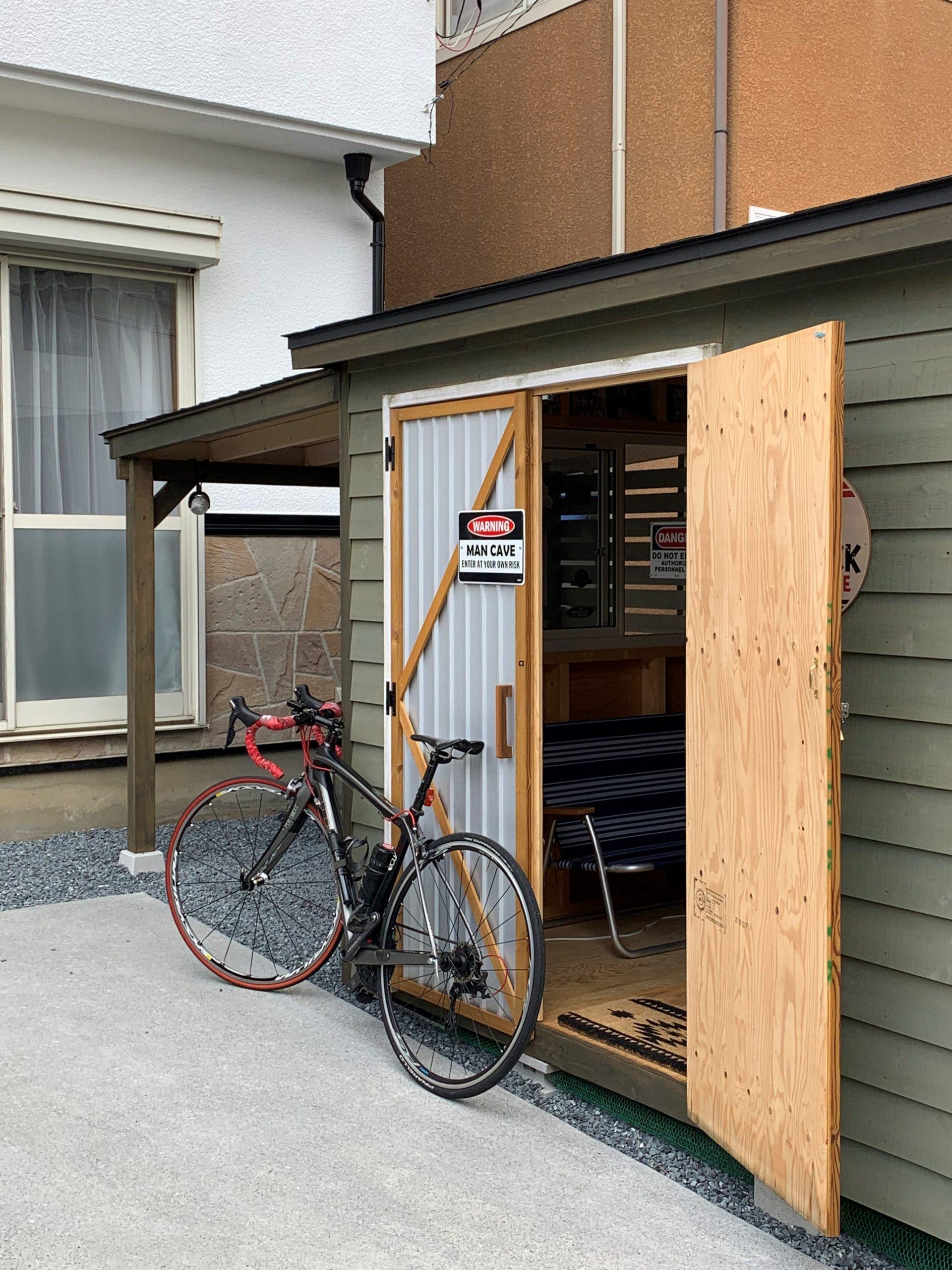 アメリカンな木製物置と自転車