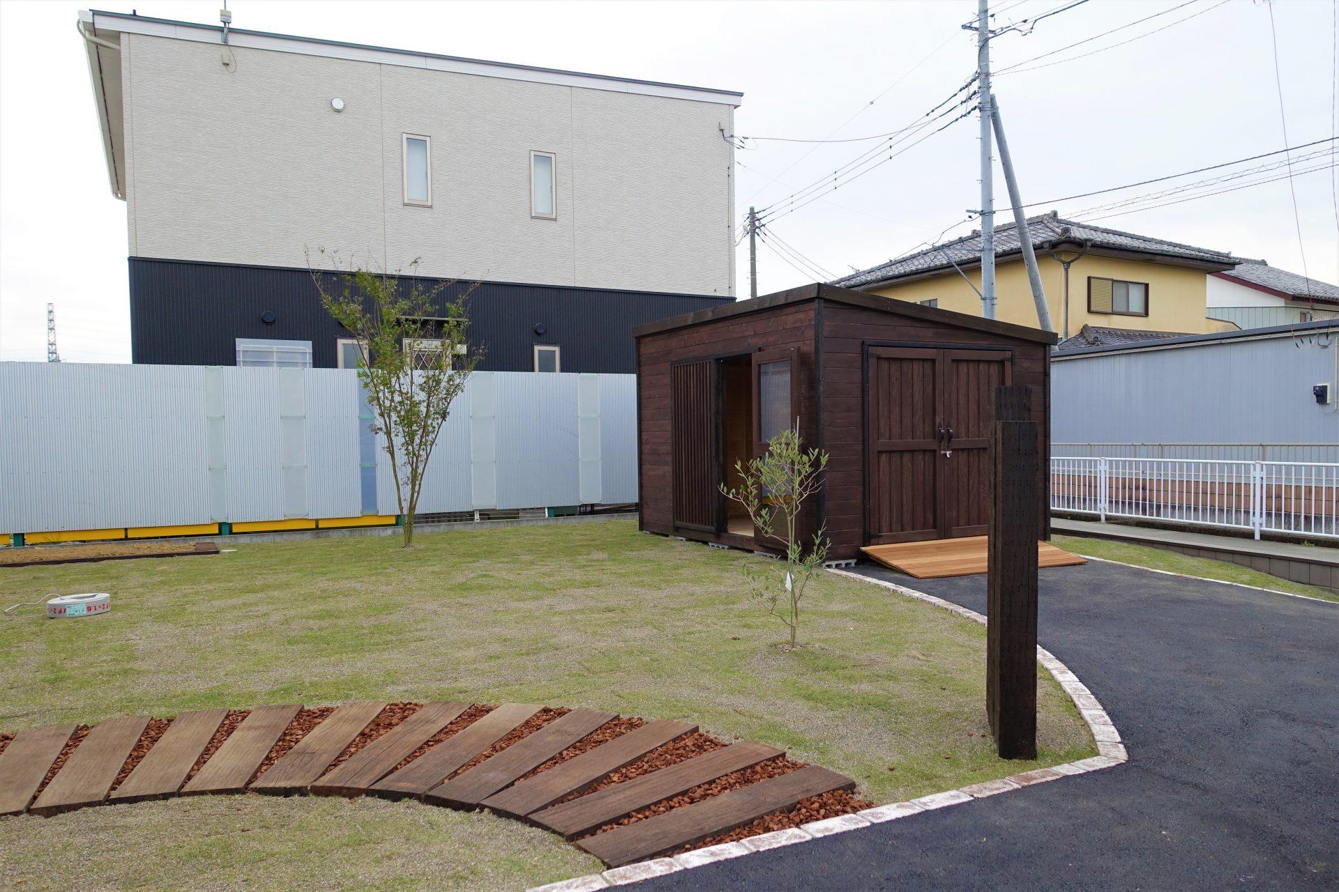 芝の庭とオリジナル木製物置