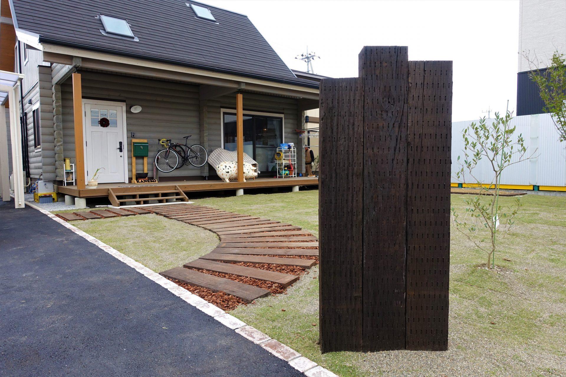 枕木敷きのアプローチと枕木の門柱