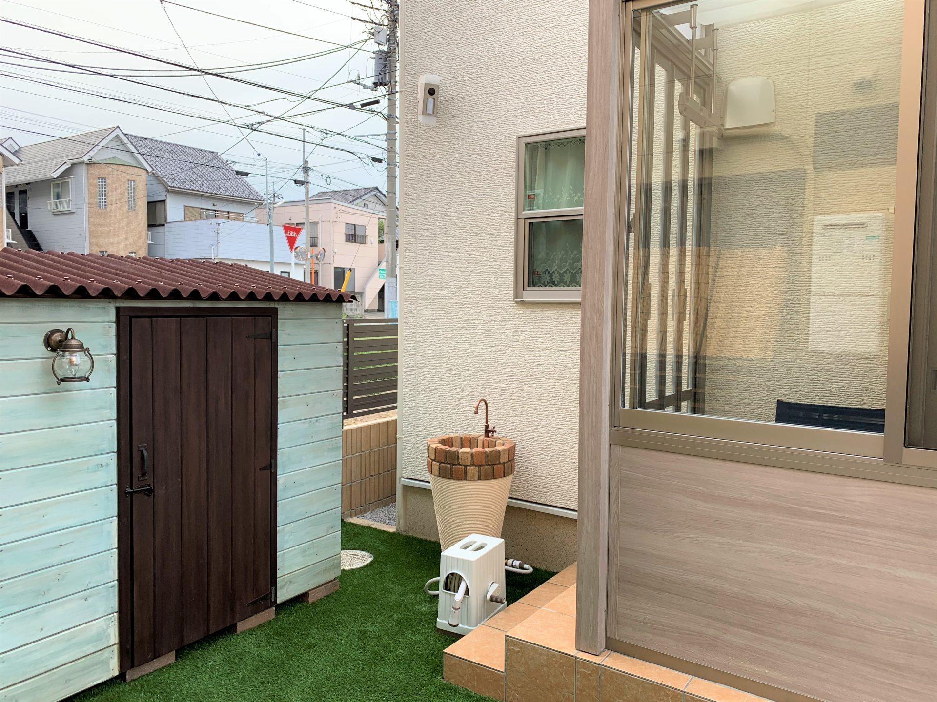 ガーデンルームと水栓と物置