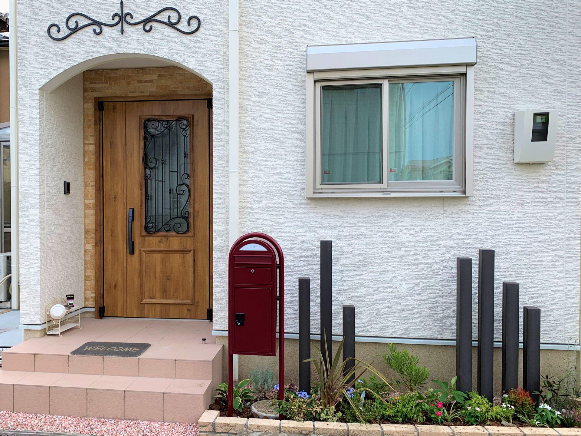 赤いポストのある玄関前