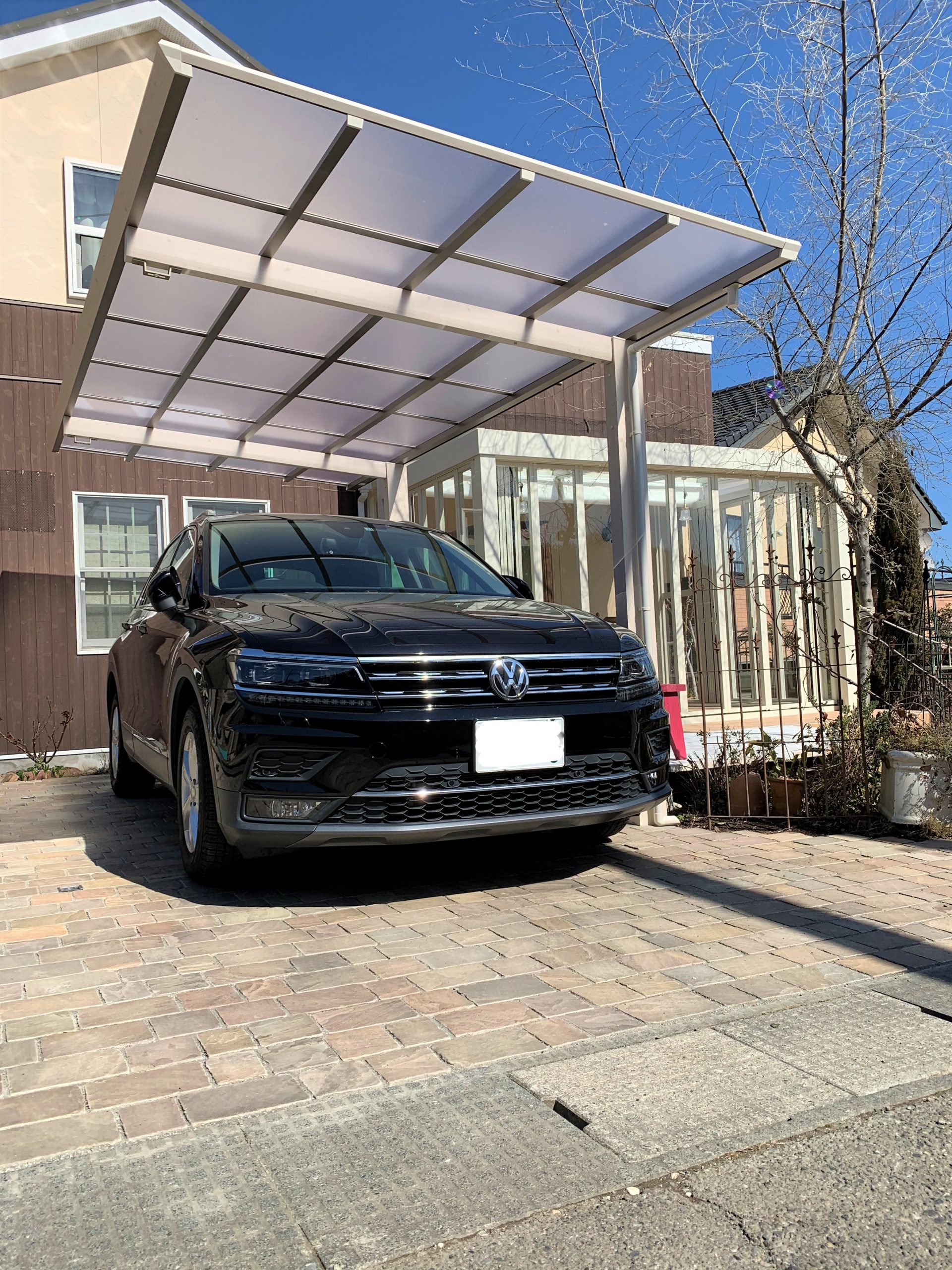 石畳の駐車場と木目調のカーポート