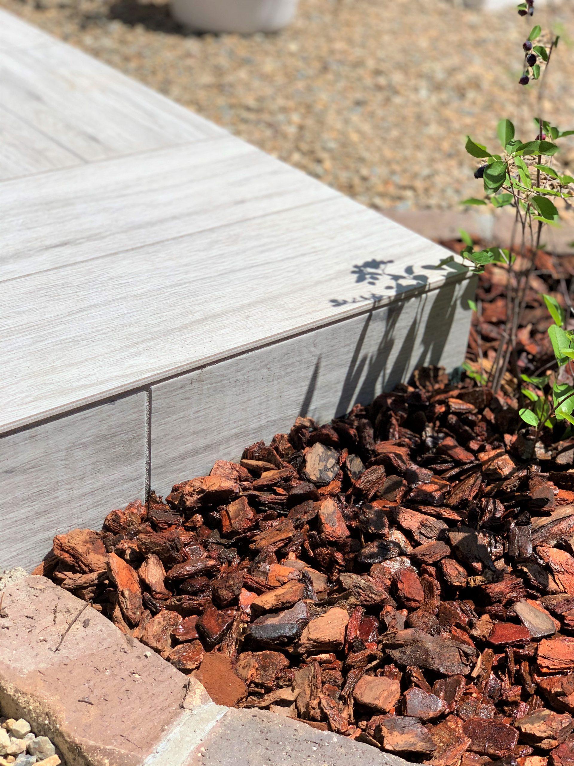 タイルデッキとレンガ花壇