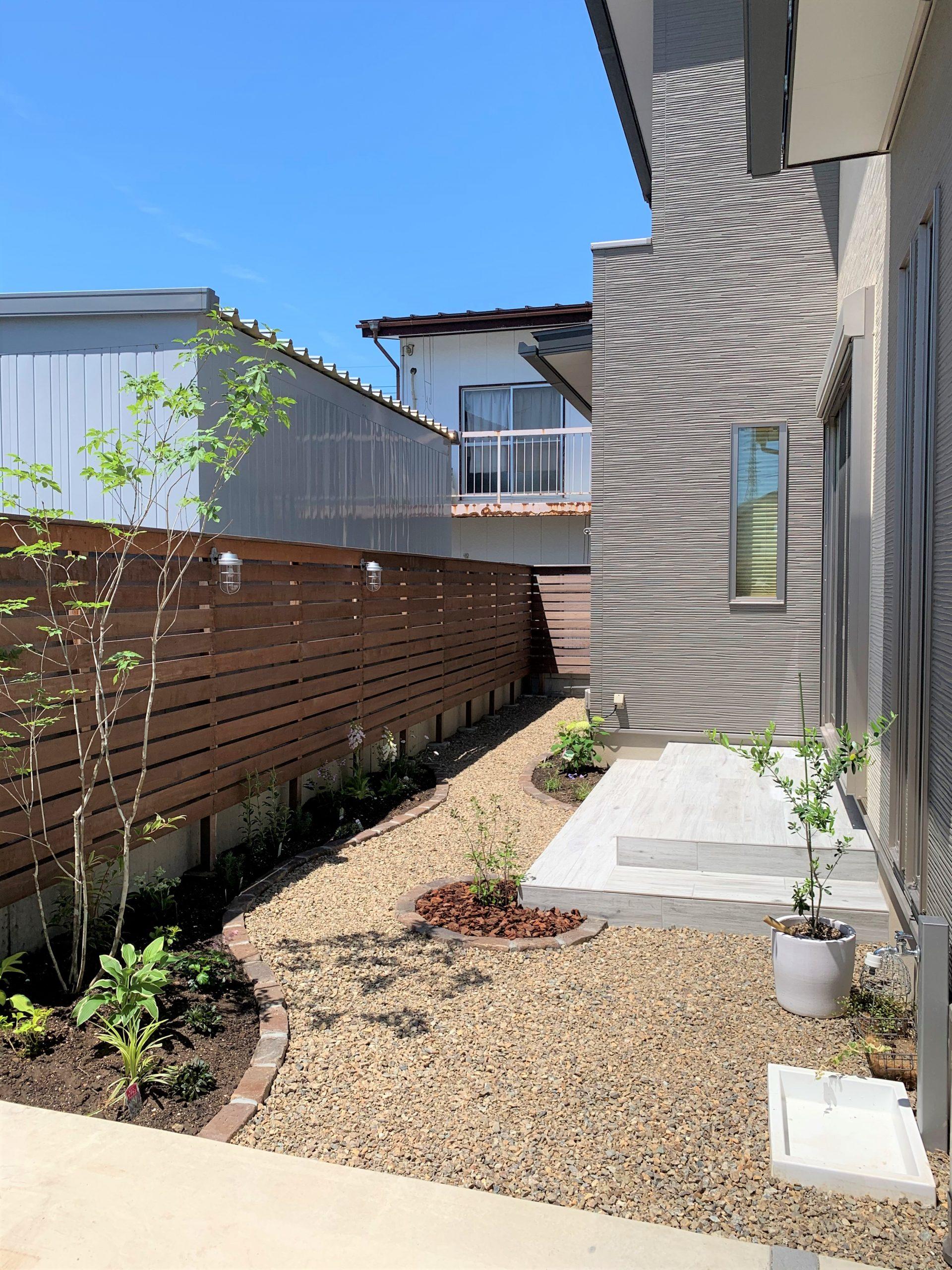ウッドフェンスと植栽のあるお庭