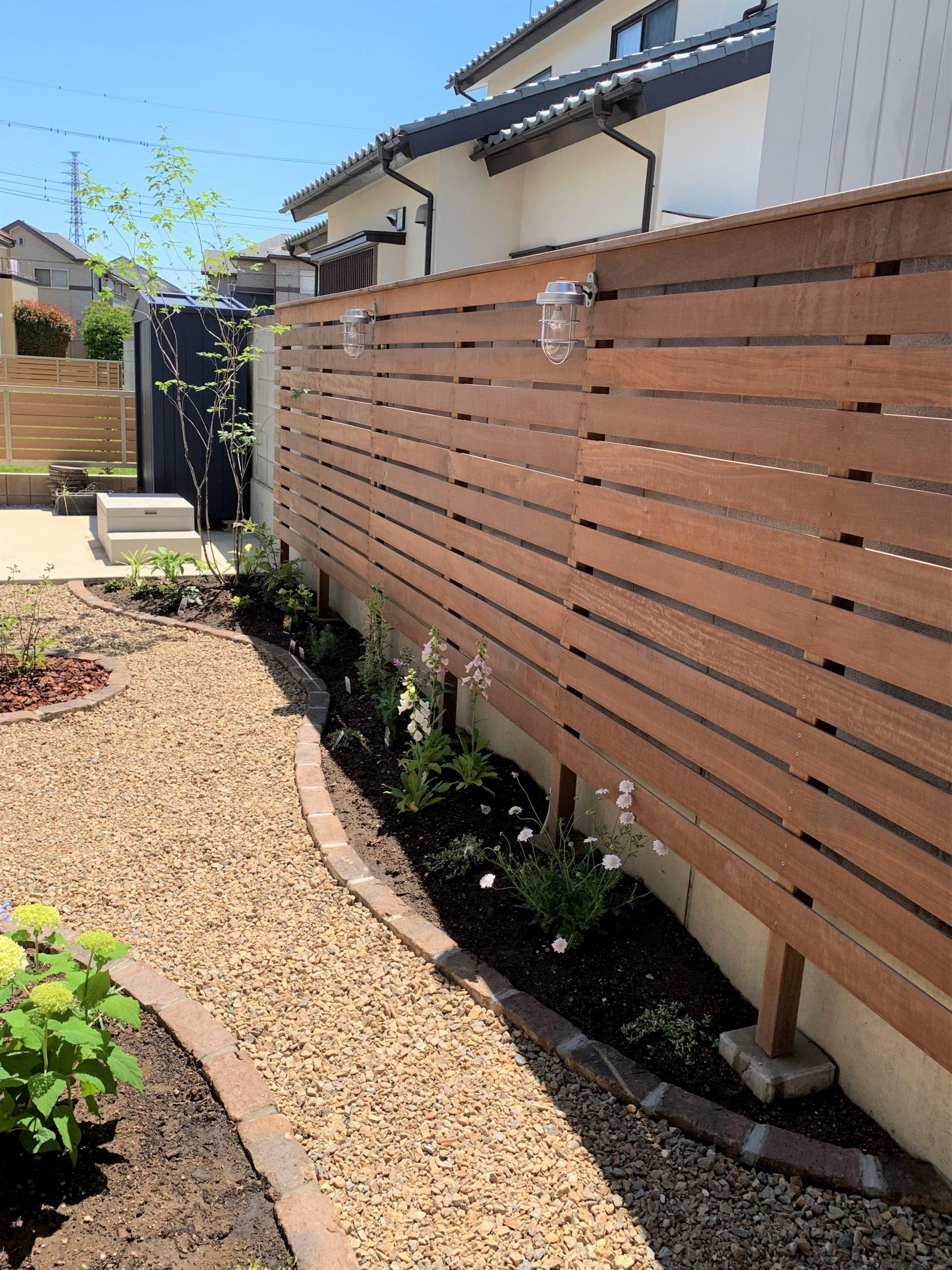 ウッドフェンスと植栽の小道