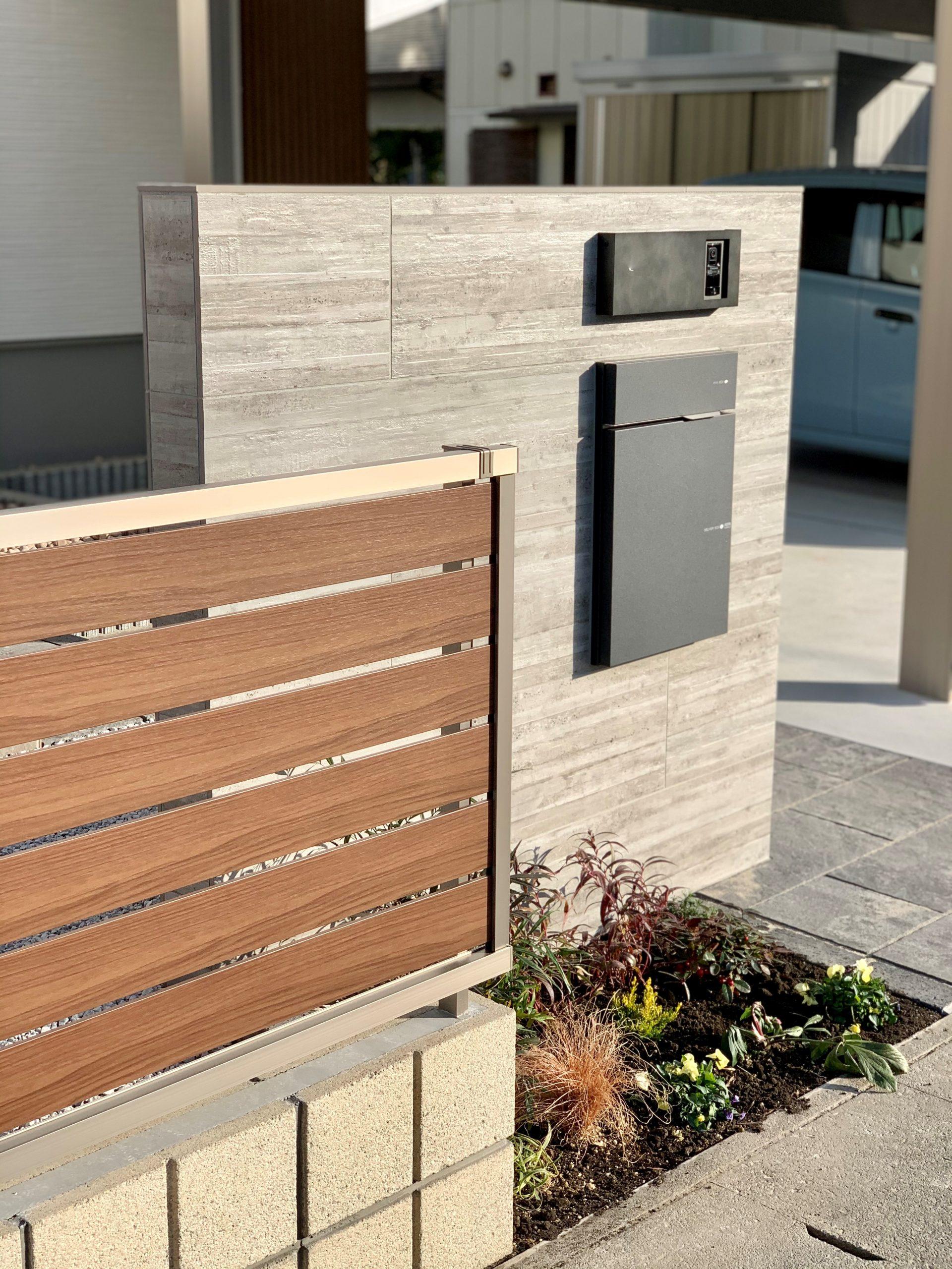木目フェンスと門柱