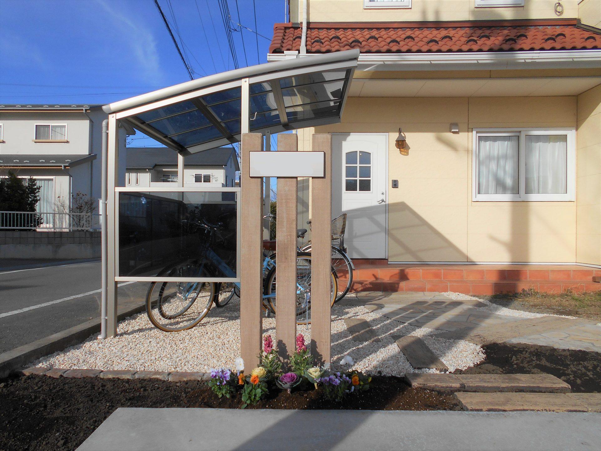 枕木門柱と冬の花の植栽