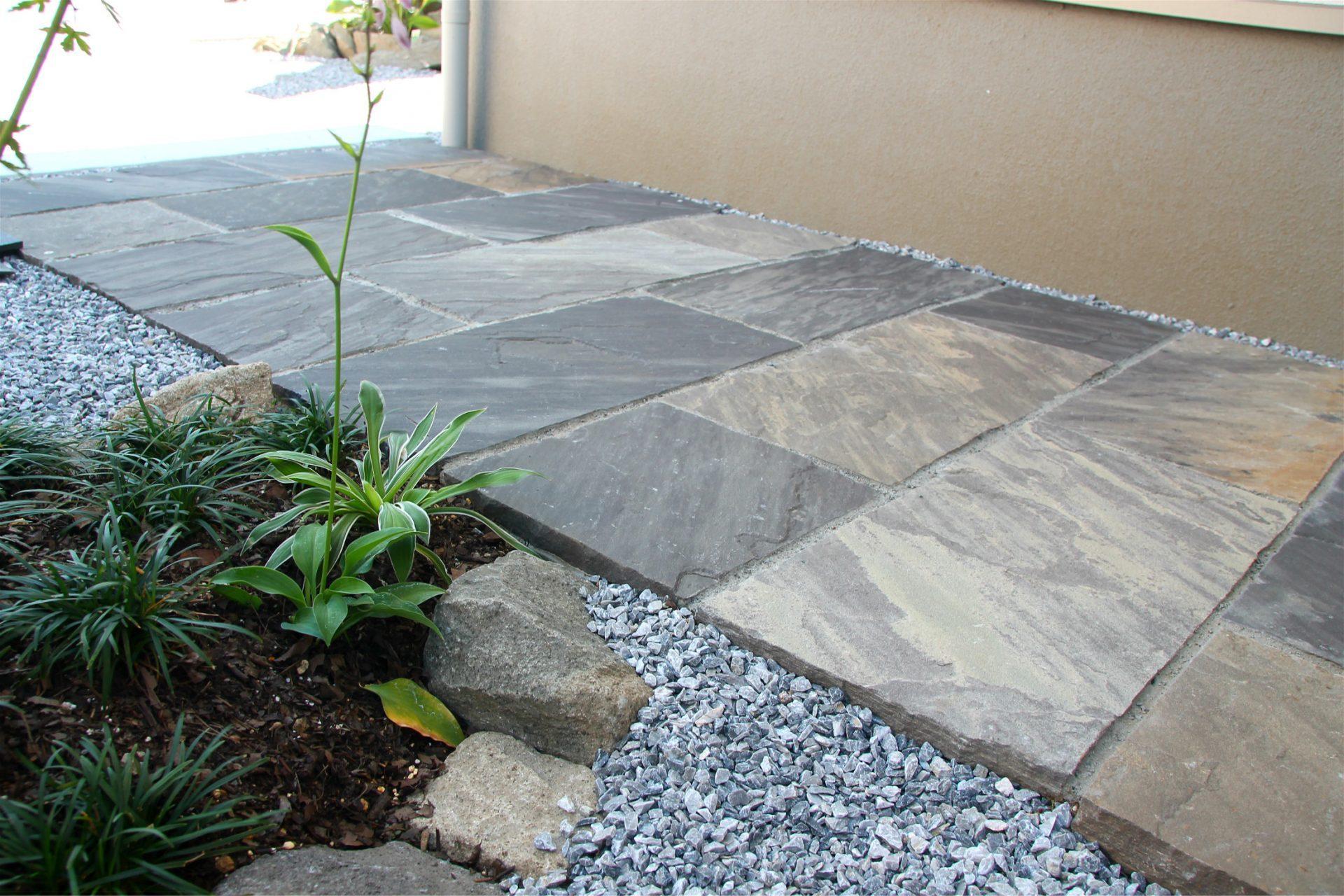 和モダンな四角い石貼りのアプローチ