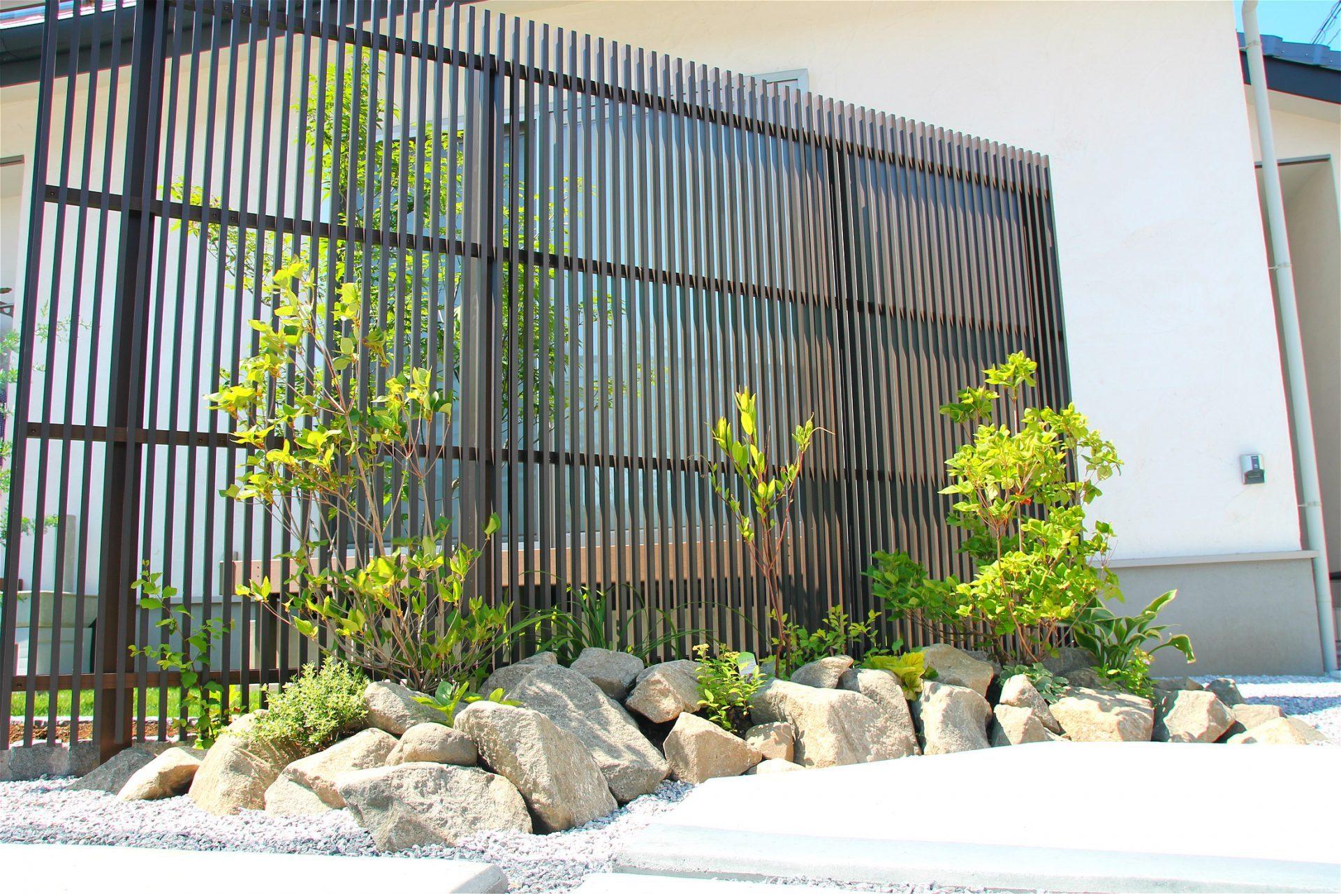 富岡市 エクステリア 外構 アプローチ 玄関周り 駐車場 カーポート 植え込み 植栽 石貼り フェンス ナチュラル 落ち着いた 土間コンクリート モダン 和風