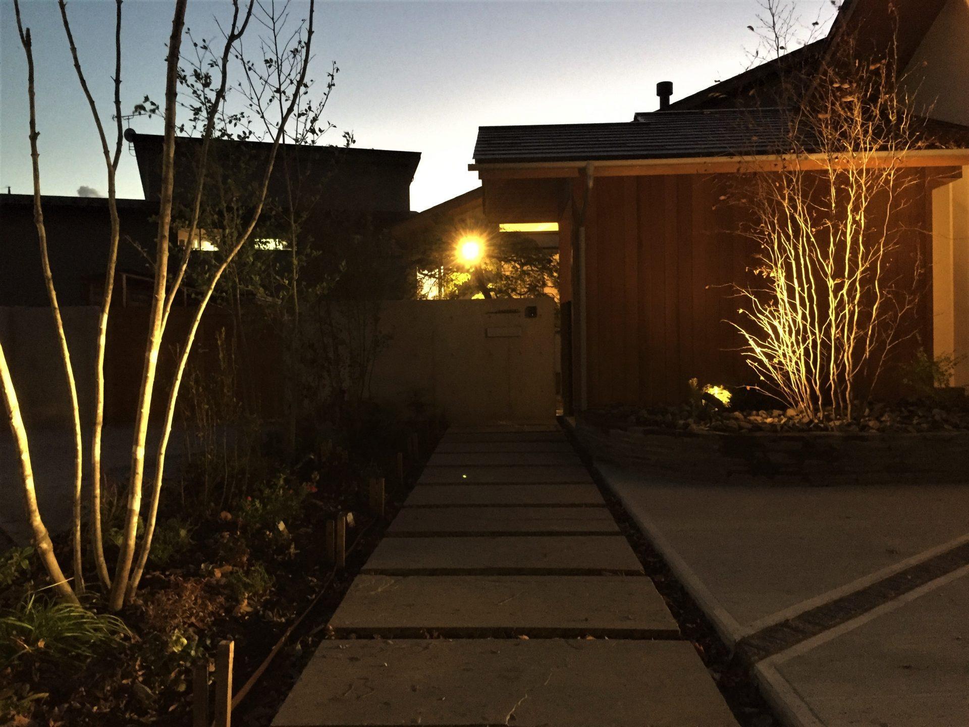 夜景も美しい外構ライトアップの写真
