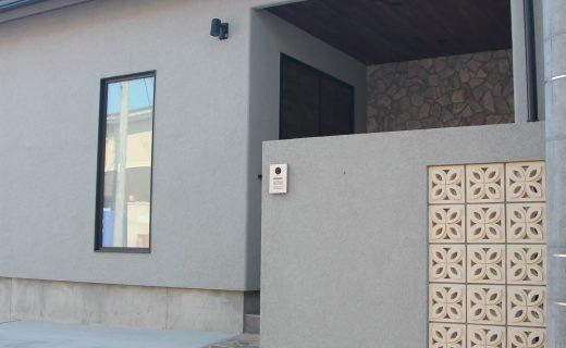 淡い色の塗り壁とオシャレなブロック