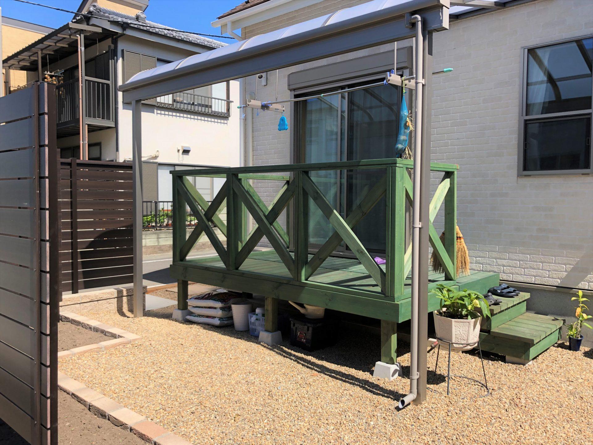 ウッドデッキと雨除けテラスの庭の写真
